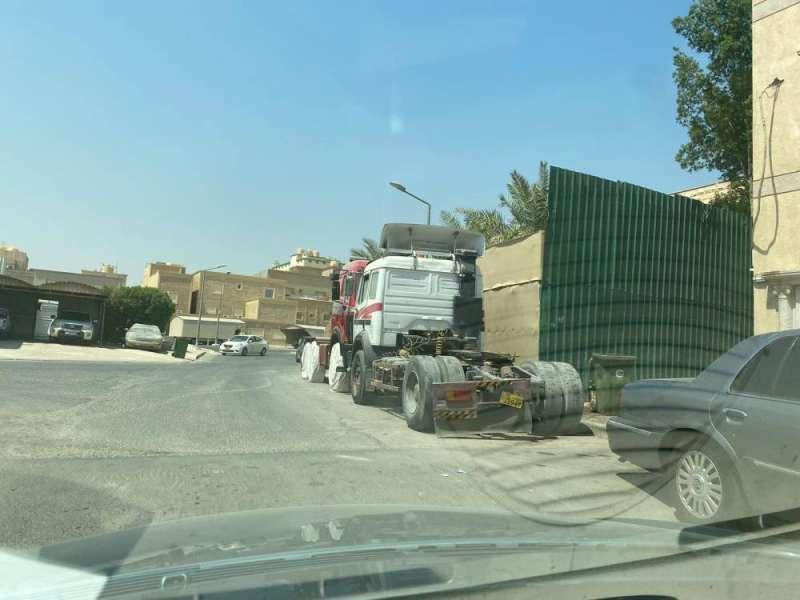 الشاحنات بين البيوت
