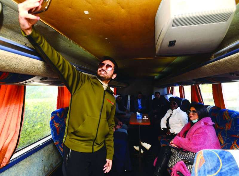 عبدالله بوفتين يلتقط «سيلفي» قبل بداية الجولة