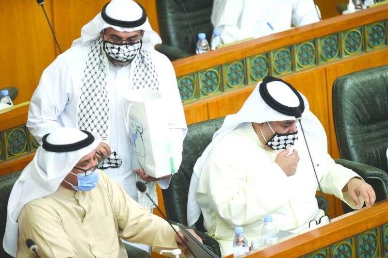 الشاهين يوزع الكمامات والكوفيات الفلسطينية