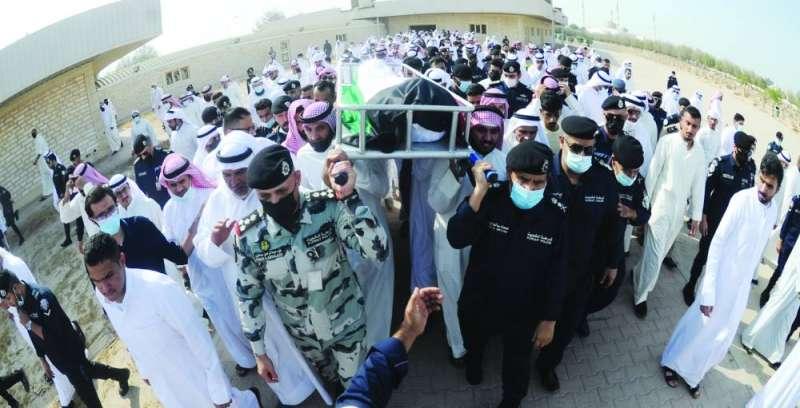 آل النهام وقادة الداخلية يحملون جثمان الشهيد (تصوير أسعد عبدالله وسعود سالم)
